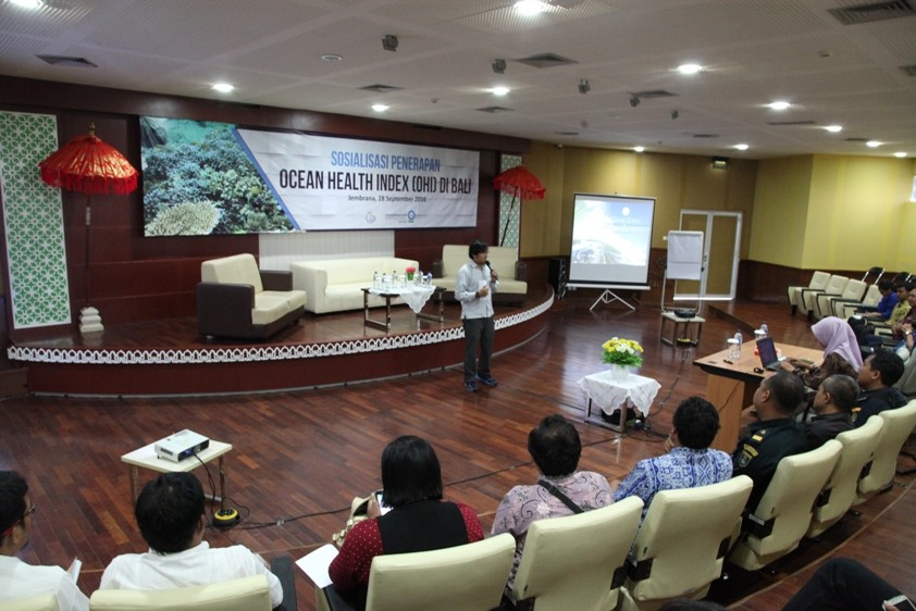 Dr. Widodo Pranowo, memberikan sambutan pembukaan pada acara Workshop Sosialisasi Penerapan Ocean Health Index (OHI) di Bali. Berlangsung di Balai Penelitian dan Observasi Laut (BPOL), Jembrana, 28 September 2016.