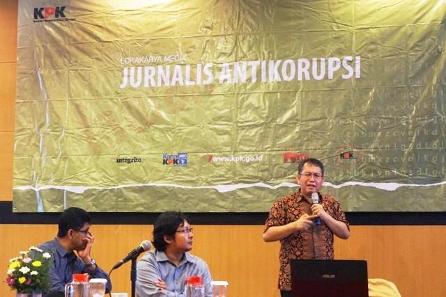 Dari kiri ke kanan, Laode M. Syarif dari KPK, Widodo Pranowo, Kepala Lab Data Laut dan Pesisir Pusat Penelitian dan Pengembangan Sumber Daya Laut dan Pesisir Kementrian Kelautan dan Perikanan (KKP), dan Muslim Muin Ph.D, Ketua Kelompok Keahlian Teknik Pantai Institut Teknologi Bandung (ITB) memaparkan kajiannya terkait reklamasi Teluk Jakarta dan Teluk Benoa, Bali. Foto: Luh De Suriyani